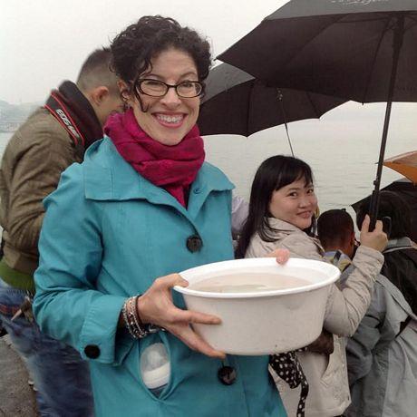 Tham dự lễ thả cá còn có Tổng lãnh sựMỹ tại thành phố Hồ Chí Minh, bà Rena Bitter. (Ảnh:
