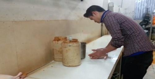 Sau khi bơm căng, vịt được mang ra khu ngay bên cạnh để nhuộm vàng