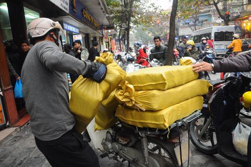 Xếp hàng mua bánh chưng như thời bao cấp ở phố cổ Hà Nội