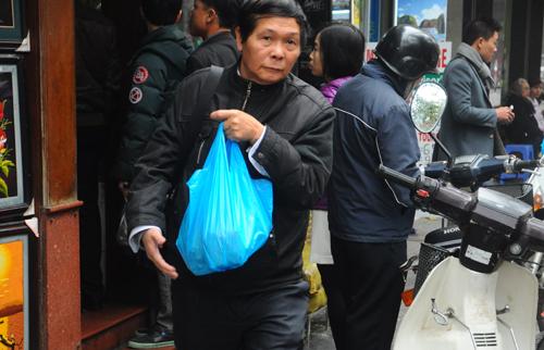 Khách hàng mua hàng chục chiếc bánh chưng để mang về ăn tết