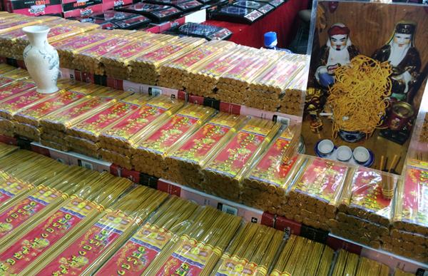 Thậm chí, những thứ đơn giản như thẻ hương, có nhà cũng chọn mua hương của Thái Lan (ảnh B.H)