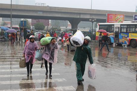 Nườm nượp người đội mưa rét rời Hà Nội về quê nghỉ Tết