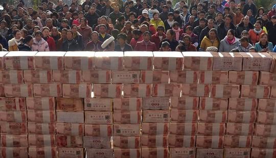 Bức tường tiền ở huyện Lương Sơn Ảnh: Reuters