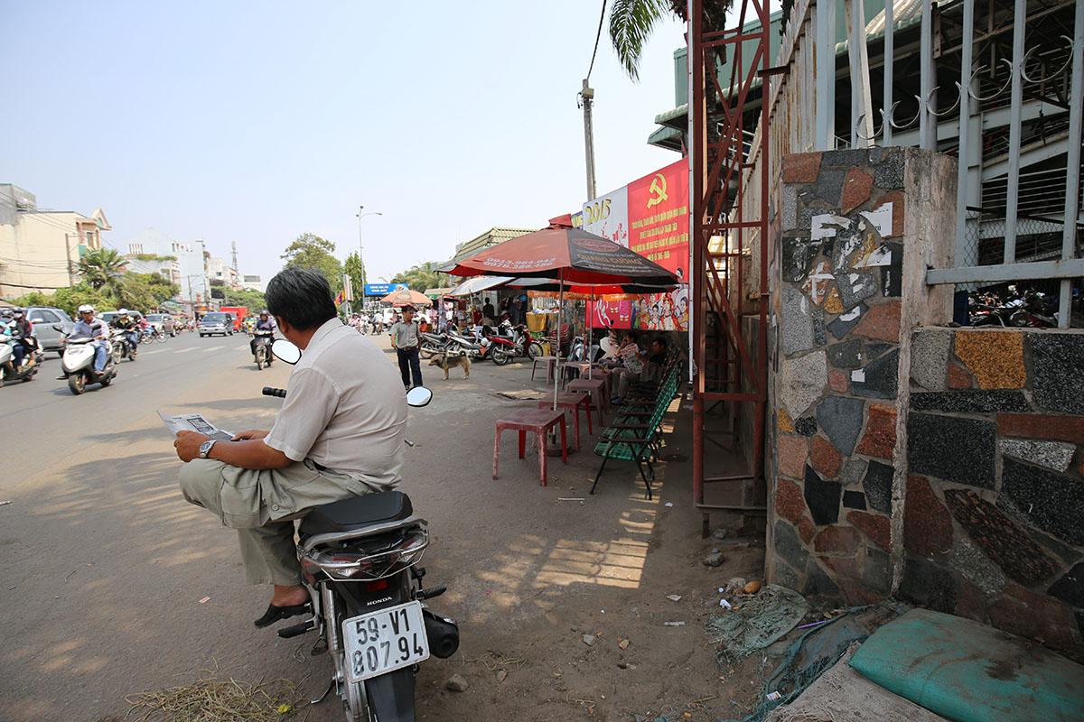 Những hàng quán xung quanh bến xe miền Đông không còn cảnh ngồi chờ như mấy ngày truóc
