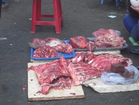 Thực phẩm được bày bán ngay dưới mặt đường nơi đông người qua lại