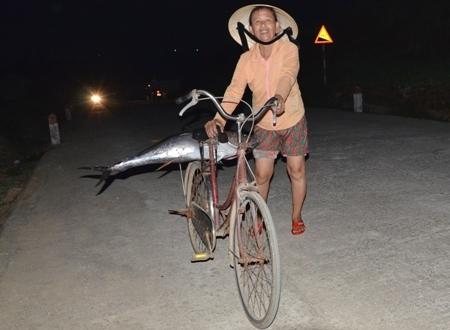 Người dân mua cá về ăn Tết. Một con cá thế này mua tại bến có giá trên dưới 1 triệu đồng.