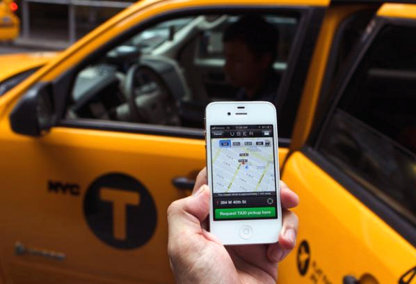 Với các hãng taxi, nhân viên tổng đài sẽ nhàn rỗi hơn khi các cuộc gọi tới đây thưa dần.