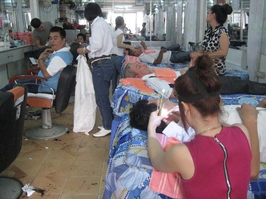 Một tiệm hớt tóc đông nghịt khách ngày 28 Tết