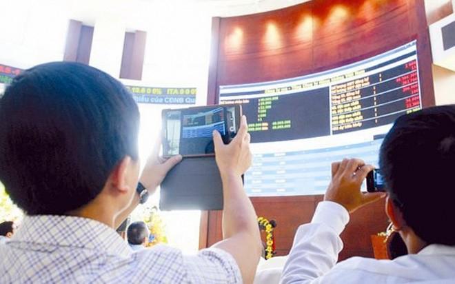<b>Quỹ và… diễn đàn</b>: Ngoài 10 nhân vật có sức ảnh hưởng lớn đến thị trường chứng khoán kể trên, sẽ là thiếu sót nếu không nói đến vai trò rất lớn đến toàn thị trường của các quỹ đầu tư chỉ số và các diễn đàn chứng khoán.<br><br>Dường như không ai chú ý đến việc cá nhân nào đang trực tiếp phụ trách hoạt động đầu tư các quỹ đầu tư chỉ số (ETF) như FTSE, Market Vectors Vietnam ETF tại Việt Nam, nhưng có điều chắc chắn là, mỗi kỳ cơ cấu danh mục của các quỹ này đều tạo nên những cơn sốt trên thị trường chứng khoán Việt Nam. <br><br>Trong năm qua, các quỹ đầu tư chỉ số đã góp phần tạo nên những kỷ lục trên thị trường chứng khoán, trong đó có việc mua vào khối lượng cổ phiếu khổng lồ chỉ trong một phiên.<br><br>Trong khi đó, các diễn đàn lại đóng vai trò tác động ngắn và rất nhanh lên thị trường. Nhiều tin đồn dù không rõ đến từ ai, nhưng thường gây tác động không nhỏ. Trên các diễn đàn, các tin đồn không chừa một lĩnh vực nào, từ tin hoạt động sản xuất kinh doanh của doanh nghiệp đến tin chính sách, thậm chí là tin đồn cá nhân, từ môi giới đến chính khách, doanh nhân… Đôi khi vô hại, đôi khi có thể giúp nhà đầu tư kiếm bộn tiền, nhưng cũng nhiều trường hợp khiến không ít nhà đầu tư, doanh nghiệp khác phải lao đao.