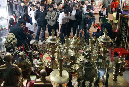 Hàng nghìn du khách đổ về phiên chợ bán rủi cầu may.