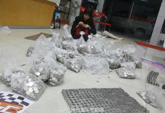 Một nhân viên của cửa hàng thu gom đống tiền xu để trả lại luật sư của anh Ong.