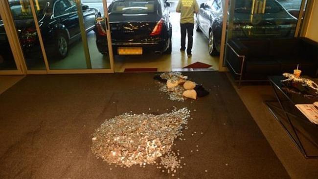 Số tiền xu nồng nặc mùi cá tanh đã khiến nhiều khách hàng bỏ đi khi tới showroom này.