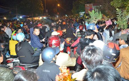 Người dân chôn chân tại phiên chợ bán rủi cầu may.