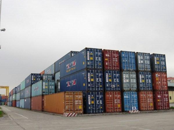 Ùn ứ 5.400 container vô chủ