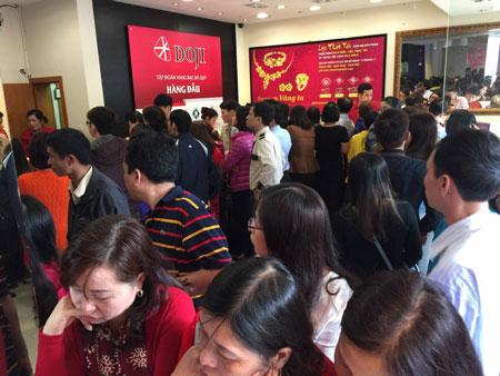 Người dân chen chúc mua vàng ngày Vía Thần Tài.