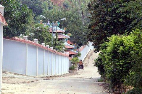 Tường rào như Vạn Lý Trường Thành trong khu biệt phủ của đại gia vàng