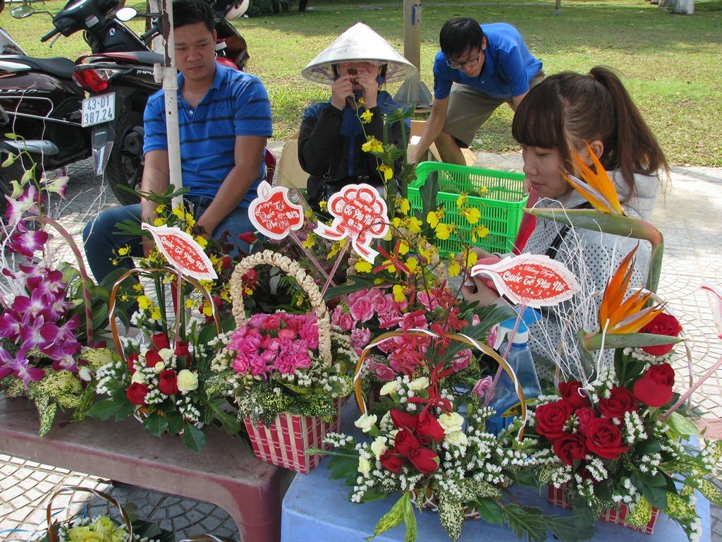 Những điểm bán hoa của các bạn sinh viên vắng người mua.