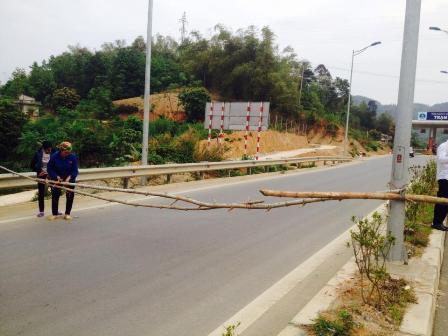 Dân lại rào đường cao tốc Nội Bài - Lào Cai