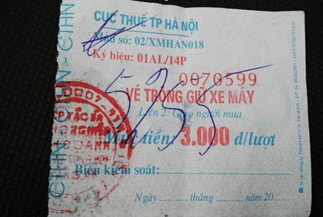 Vé in rõ 3.000 đồng/lượt xe máy nhưng thực chất người dân bị thu cao gấp đôi