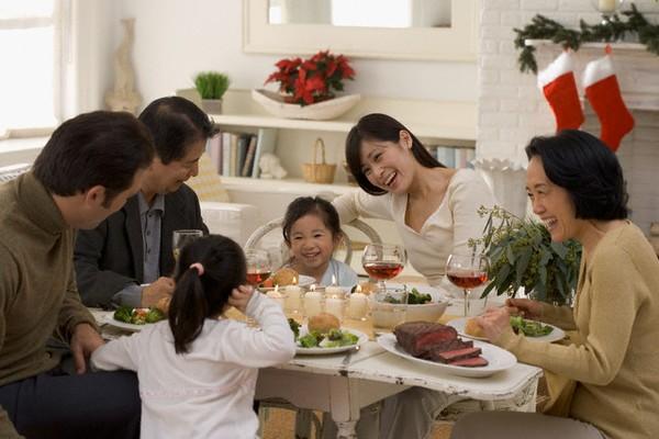 Quyết định sống cùng người thân là một mẹo vặt gia đình giúp các cặp vợ chồng tiết kiệm được các khoản chi tiêu