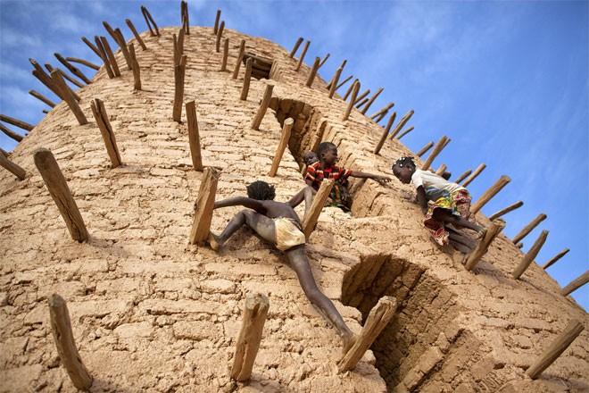 Những đứa trẻ chơi trò leo trèo ở một mỏ vàng.