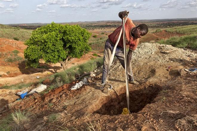 """Anh thợ đào vàng Arzuma đang dùng dây để kéo một túi lớn đựng đầy đất đá từ một hố sâu. """"Đất ở đây rắn, nhưng có chỗ đất rất yếu. Trong hầm xuất hiện những vết nứt thật đáng sợ"""", Arzuma nói."""
