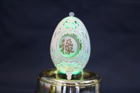 Cặm cụi từ sáng cho đến khuya, ông cần mẫn điêu khắc từng đường nét nhỏ trên chiếc vỏ trứng