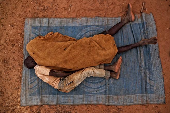 Hai cậu bé Nuru 13 tuổi và Kongo 15 tuổi, trong một giấc ngủ ở mỏ vàng.