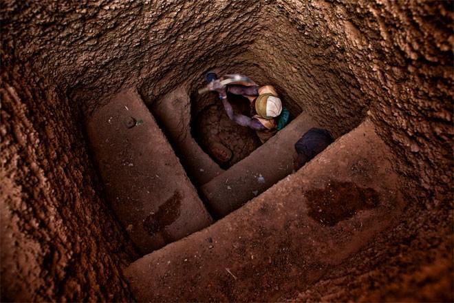 Một người đào vàng đang đào một hố sâu. Khi phát hiện thấy vàng, người đào vàng sẽ chuyển sang đào theo chiều ngang.