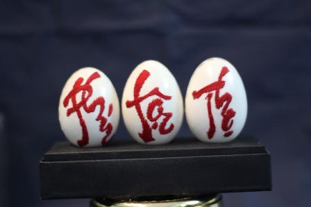 Ngoài ra, ông còn sáng tạo thêm trên vỏ trứng bằng cách thêu chỉ màu theo các mẫu chữ đã khắc