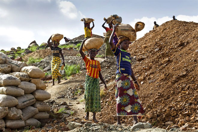 Những bé gái, có em chỉ mới 8 tuổi, đội quặng ở mỏ vàng. Mỗi em phải đội trên 20 kg quặng, đi một đoạn đường dốc gần 3 km để tới nơi tập kết quặng.
