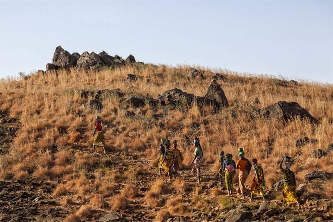 Những cô gái trẻ và bé gái trở về làng sau một ngày làm việc ở mỏ vàng Djuga.