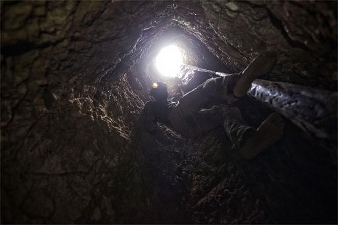 Cậu bé đào vàng Yakuba đang xuống mỏ để tìm vàng.