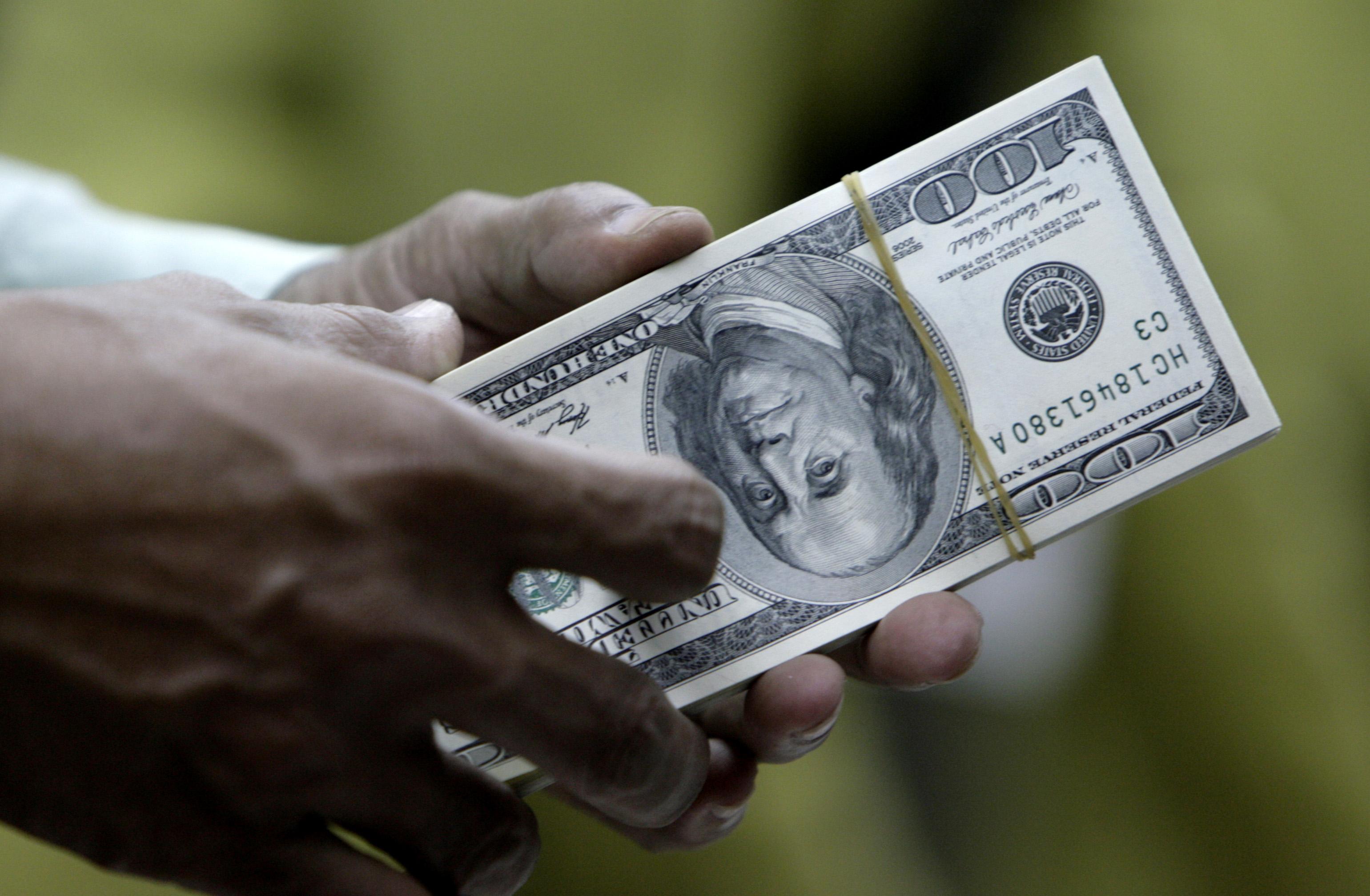 Sức mạnh của đồng đô la tiếp tục gây áp lực lên giá vàng hôm nay