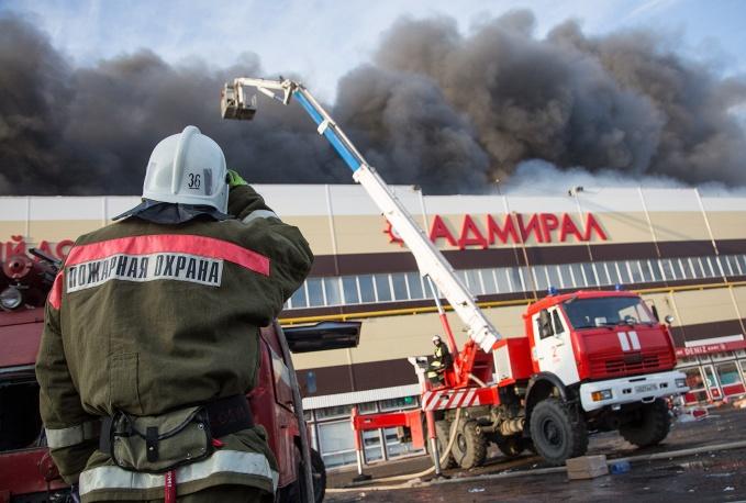 Khói đen bốc lên từ vụ cháy chợ Admiral (Ảnh: