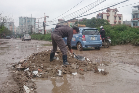 Người dân tự vá đường để tránh lầy lội