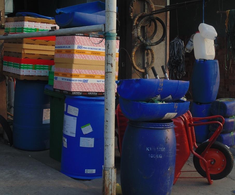 Các loại rác thải công nghiệp nguy hại như can, thùng, phuy được bày bán công khai.