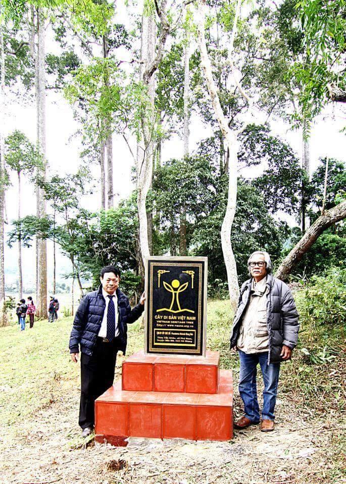 Chuyên gia lâm nghiệp Lê Huy Cường (bên phải)