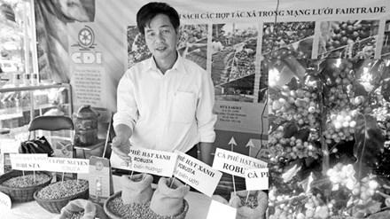 Ông Phúc giới thiệu sản phẩm của nông dân Ea Kiết (ảnh to); Cà phê Moka vàng do anh Khanh phát hiện, nhân giống ở Cầu Đất (ảnh nhỏ).