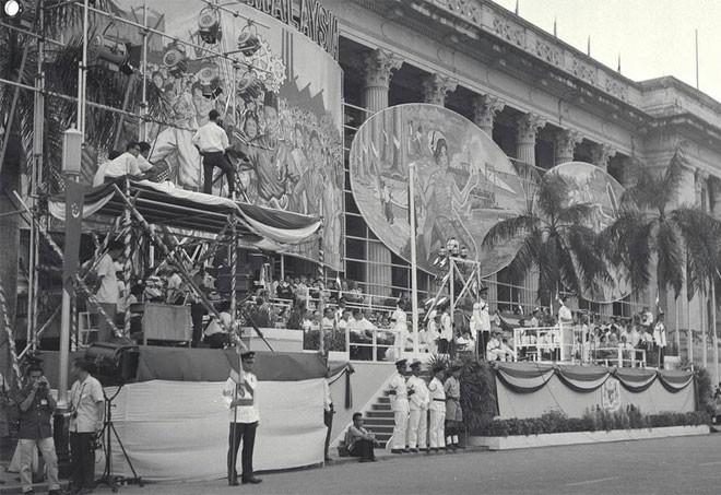 Đảng PAP cũng bắt đầu vận động cho việc tách Singapore hoàn toàn khỏi Anh và nhập vào Liên bang Malaya, với quan điểm cho rằng đảo quốc quá nhỏ và thiếu nguồn tài nguyên để tồn tại một mình. Vào ngày 16/9/1963, Lý Quang Diệu tuyên bố sáp nhập thành công Singapore vào Liên bang Malaya, chấm dứt 144 năm cai trị của thực dân Anh - Tin: BBC/Ảnh: AP.<br>