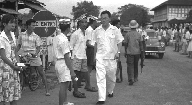 Năm 1954, Lý Quang Diệu trở thành nhà sáng lập và Tổng bí thư đảng Hành động của nhân dân (PAP), một liên minh xã hội chủ nghĩa của các phong trào nói triếng Trung và tiếng Anh nhằm mục tiêu chấm dứt sự cai trị của thực dân Anh.<br><br>Tháng 12/1959, Anh trao quyền tự trị cho Singapore, nhưng vẫn nắm kiểm soát các vấn đề ngoại giao và quốc phòng của đảo quốc này - Tin: BBC/Ảnh: AP.<br>