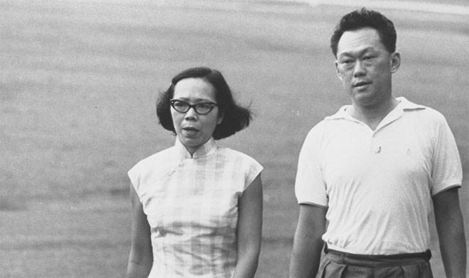 Sau chiến tranh, Lý Quang Diệu vào đại học muộn. Lúc đầu, ông theo học tại Đại học Cambridge, rồi sau đó là Trường Kinh tế London danh tiếng. Khi ở Anh, ông kết hôn với bà Kha Ngọc Chi vào năm 1965, một sinh viên xuất sắc người Singapore và sau này trở thành luật sư. Đám cưới của hai người diễn ra bí mật ở khu Stratford-upon-Avon.<br><br>Năm 1949, Lý Quang Diệu trở về Singapore, bỏ lại cơ hội sự nghiệp trong ngành luật ở Anh. Về nước, ông thực hành nghề luật sư và tham gia vào phong trào công đoàn - Tin: BBC/Ảnh: Getty.<br>