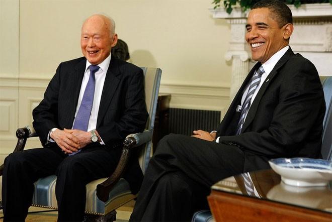 """Năm 1978, nhà lãnh đạo Trung Quốc Đặng Tiểu Bình thăm Singapore để học hỏi thêm về mô hình phát triển của nước này. Thủ tướng Anh Margaret Thatcher nói, ông Lý Quang Diệu """"với sự minh bạch khác biệt đã diễn giải những vấn đề của thời đại của chúng ta và giải pháp cho những vấn đề đó"""". Nhà ngoại giao Henry Kissinger của Mỹ thì nói, không một nhà lãnh đạo trên thế giới nào giúp ông học hỏi được nhiều điều như Lý Quang Diệu.<br><br>Trong một cuộc gặp vào năm 2009, Tổng thống Mỹ Barack Obama miêu tả Lý Quang Diệu như một trong những """"nhân vật huyền thoại của châu Á trong thế kỷ 20 và 21"""" - Tin: BBC/Ảnh: Getty.<br>"""
