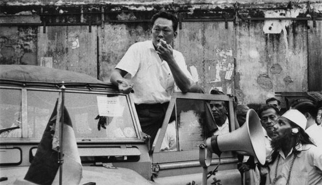 Tuy nhiên, căng thẳng sắc tộc đã gia tăng giữa người Hoa chiếm đa số ở Singapore và người Malay xung quanh việc dân tộc nào sẽ là dân tộc đại diện của Liên bang Malaysia. Bất chấp lời kêu gọi bình tĩnh của Lý Quang Diệu, nhiều vụ bạo động lớn đã nổ ra, khiến hơn 20 người thiệt mạng và hàng trăm người bị thương - Tin: BBC/Ảnh: AP.