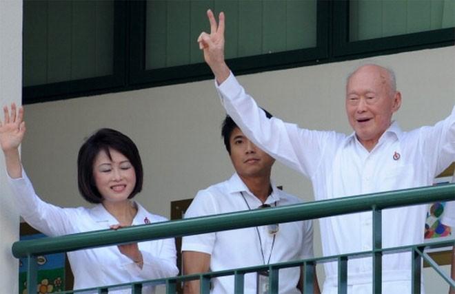 Lý Quang Diệu duy trì hoạt động chính trị cho tới gần lúc từ giã cõi đời. Sau khi rời cương vị Thủ tướng vào năm 1990, ông giữ vai trò cố vấn nội các. Ông đại diện cho khu vực bầu cử Tanjong Pagar ở trung tâm Singapore trong gần như toàn bộ cuộc đời chính trị của mình. Năm 2011, ông vẫn vận động tranh cử nghị sỹ tại khu vực này - Tin: BBC/Ảnh: Getty.<br>
