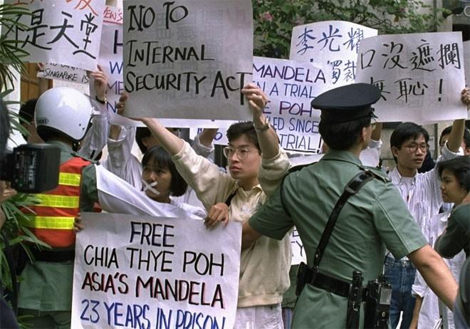 """Vào năm 1987, khi đối mặt với những lời chỉ trích cho rằng Singapore can thiệp quá nhiều vào đời sống cá nhân, Lý Quang Diệu nói """"nếu tôi không làm vậy, thì chúng ta không thể có ngày hôm nay. Chúng tôi quyết định điều gì là đúng. Đừng bao giờ quan tâm tới những gì người ta nghĩ"""".<br><br>""""Ở phương Đông, mục tiêu chính là có một xã hội trật tự để mọi người có thể hưởng tự do tối đa. Tự do này chỉ có thể tồn tại trong một quốc gia có trật tự, chứ không phải trong tình trạng vô chính phủ"""", Lý Quang Diệu nói trong một cuộc phỏng vấn trên tờ Foreign Affairs vào năm 1994. Ông không hề giấu giếm việc ông muốn đảng PAP duy trì nắm giữ quyền lực - Tin: BBC/Ảnh: AP.<br>"""