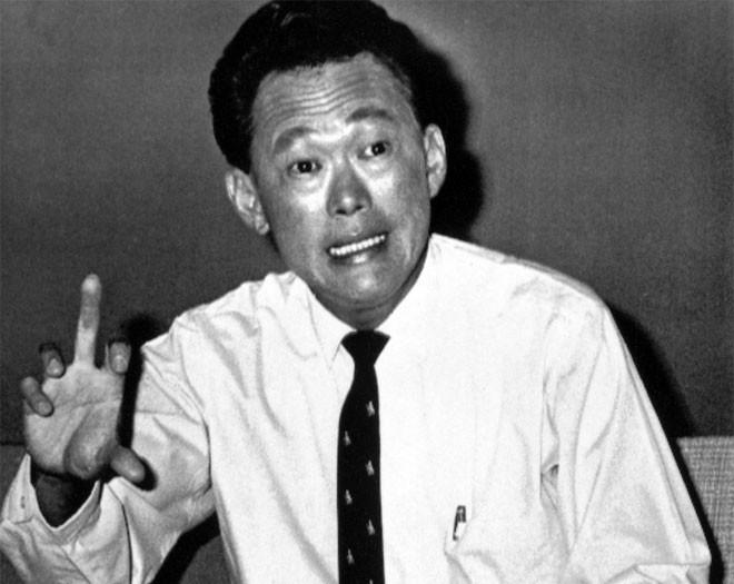 """Ngày 9/8/1965, Lý Quang Diệu rơi nước mắt khi tuyên bố ông đã chấp nhận đề nghị của Malaysia về việc Singapore nên rời khỏi liên bang để dừng tình trạng bất ổn và đổ máu. Ông gọi đó là """"một khoảnh khắc đau đớn"""" và đi ngược lại """"tất cả những gì mà chúng tôi mong muốn"""". Hai ngày sau, Lý Quang Diệu tuyên bố Singapore nhỏ bé là một đất nước độc lập - Tin: BBC/Ảnh: AP.<br>"""