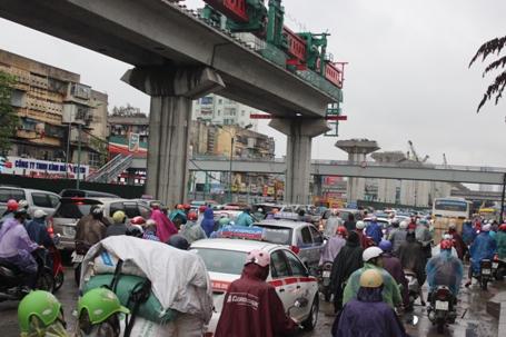 Các phương tiện phải chôn chân nhiều giờ liền dưới trời mưa.