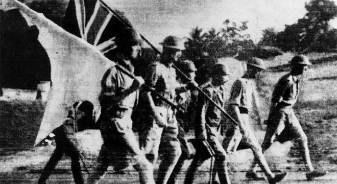 Chiến tranh Thế giới thứ hai nổ ra khiến Lý Quang Diệu phải hoãn kế hoạch sang Anh học lên cao hơn. Tháng 2/1942, quân đội thực dân Anh đầu hàng phát xít Nhật, mở ra một thời kỳ đen tối. Lý Quang Diệu may mắn thoát khỏi vụ thảm sát Sook Ching trong gang tấc. Về sau, ông nói rằng có khoảng 50.000-100.000 người thiệt mạng trong vụ thảm sát này, và việc thực dân Anh không thể ngăn cuộc thảm sát là một bằng chứng nữa cho thấy Singapore phải giành được độc lập.<br><br>Trong thời gian chiến tranh, Lý Quang Diệu làm phiên dịch tiếng Nhật và điều hành một cơ sở kinh doanh hồ dán của riêng mình - Tin: BBC/Ảnh: Getty.<br>