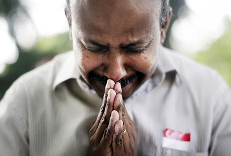 Một người phụ nữ khóc ngất khi đặt hoa tưởng niệm nhà lãnh đạo tài ba. (Ảnh: